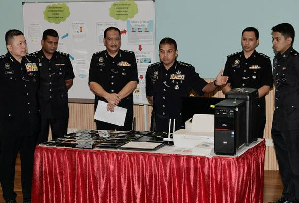 Ayob Khan said, police also confiscated four laptops, 40 mobile phones, a central processing unit, a monitor, two printers, a paper shredder and 40 victim information documents used for fraudulent activities. - Pic BERNAMA | Astro Awani