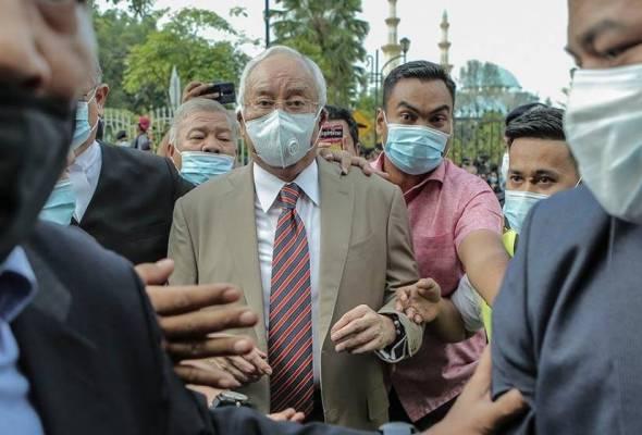 Najib dikawal ketat ketika beliau tiba di Mahkamah Tinggi Kuala Lumpur awal pagi Selasa. - Foto Astro AWANI/SHAHIR OMAR | Astro Awani