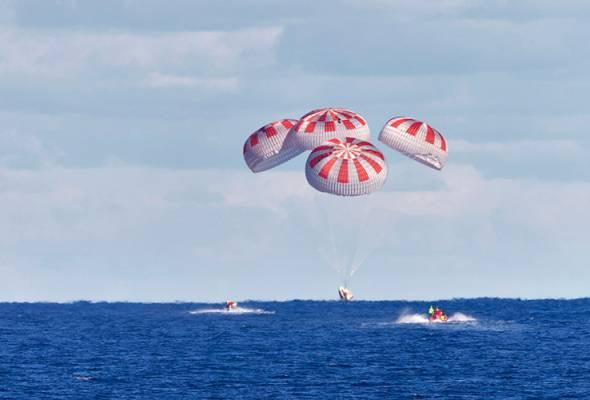 SpaceX selamat mendarat di Teluk Mexico selepas kembara dua bulan