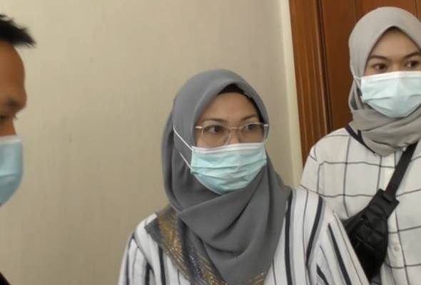 Tertuduh, Norlaila Puteh (tengah) membuat pengakuan terbabit selepas pertuduhan dibacakan di hadapan Hakim Murtazadi Amran. - Photo Astro AWANI | Astro Awani