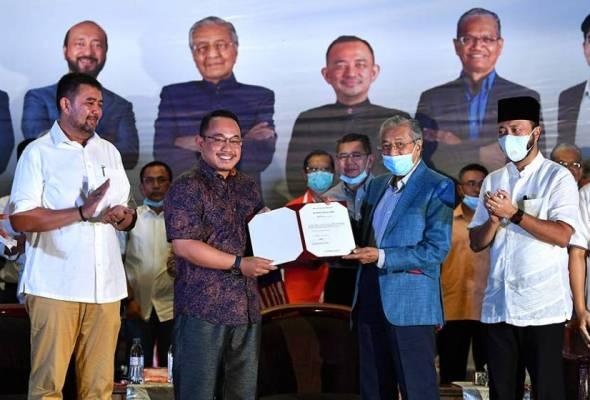 Tun Dr Mahathir Mohamad yang juga Ahli Parlimen Langkawi menyampaikan watikah pelantikan sebagai calon bebas kepada Peguam Amir Khusyairi Mohamad Tanusi. - Foto BERNAMA | Astro Awani