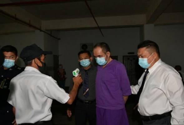 Suspek telah menyerah diri di Ibu Pejabat Polis Daerah Kuching kira-kira jam 1.45 petang pada Khamis. --fotoBERNAMA | Astro Awani