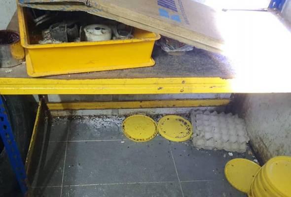 Kelengkapan pemprosesan makanan di premis itu berada dalam keadaan kotor dan terdapat lipas dan najis tikus di ruang stor yang menempatkan bahan makanan kering. Facebook Dewan Bandaraya Kuala Lumpur | Astro Awani