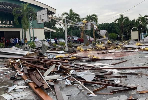 Antara kesan kemusnahan akibat ribut yang melanda Melaka pada pagi Selasa. - Astro AWANI | Astro Awani