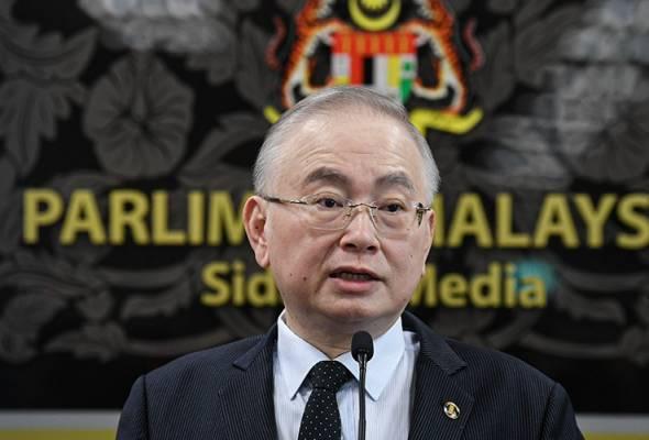 Pemimpin, wakil rakyat pakai topi keledar tunjuk teladan - Wee Ka Siong