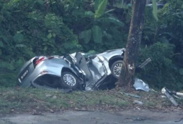 Pemandu maut kereta rempuh tiang papan tanda dan pokok