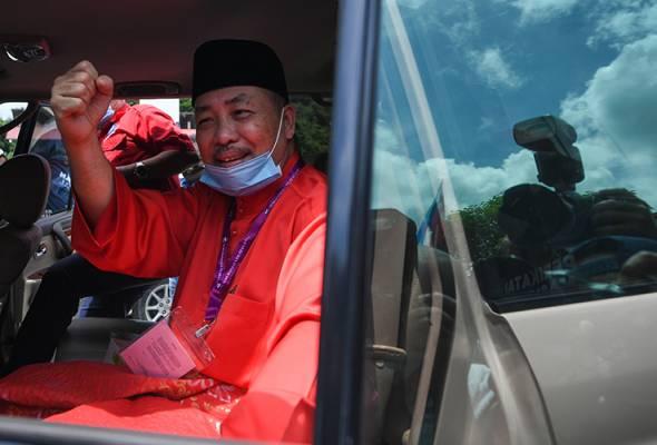 Semangat ... ! Calon Perikatan Nasional, Datuk Seri Hajiji Noor selepas pengumuman calon di pusat penamaan calon N.12 Sulaman sempena Pilihan Raya Negeri Sabah di Dewan Seri Sulaman, Tuaran pada 12 September. - fotoBERNAMA | Astro Awani