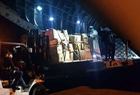 Pesawat kedua milik TUDM (A400M) yang diterbangkan ke Sabah bagi menghantar barangan bantuan kesihatan selamat tiba di Lapangan Terbang Antarabangsa Kota Kinabalu (KKIA) pada jam 11.20 malam.