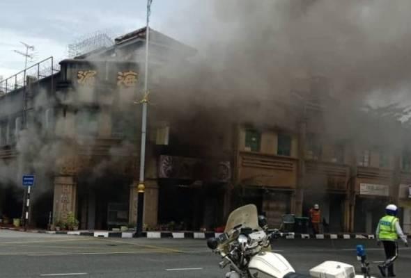 Bomba tiba cepat, enam unit kedai di Pekan Cina selamat