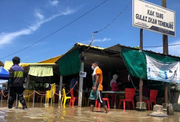 Air pasang besar: Pelanggan terus nikmati juadah walaupun restoran dinaiki air