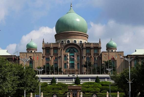 Perdana Menteri, Tan Sri Muhyiddin Yassin dilihat tiba di bangunan Perdana Putra, di sini, kira-kira pukul 9.20 pagi, Isnin.