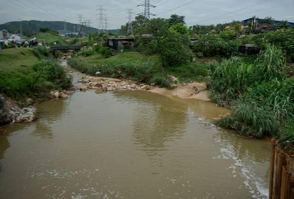 Banyak kilang selenggara jentera berat di Sungai Gong tingkatkan risiko pencemaran air