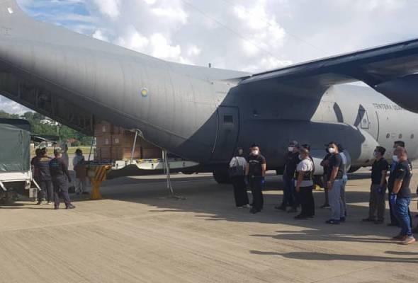 Pesawat pertama bawa bekalan bantuan kesihatan ke Sabah selamat tiba di KKIA