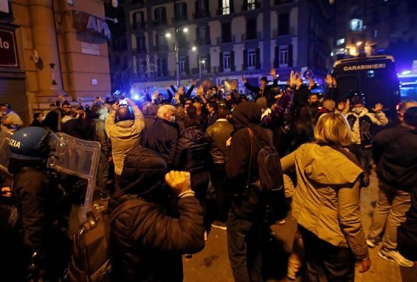 Mereka yang berhimpun sebagai tanda protes terhadap pelaksanaan perintah berkurung pada waktu malam, mula bertindak ganas dengan membaling batu dan bom asap.