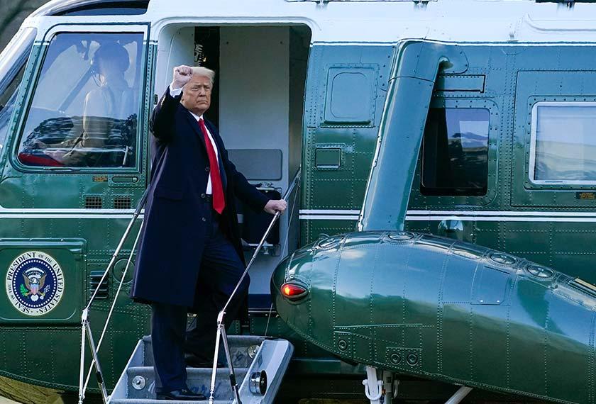 Trump menaiki helikopter Marine One, di South Lawn, meninggalkan Rumah Putih.