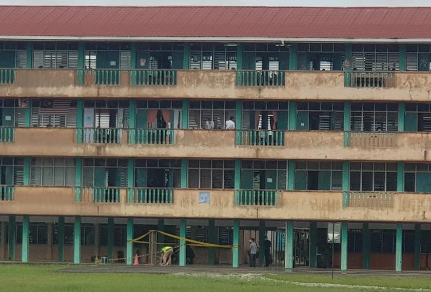 Bangunan SMK Petra Jaya yang menjadi lokasi pelajar tingkatan lima terjatuh.