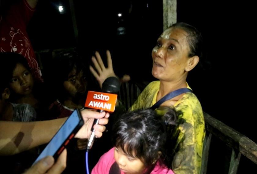 Sahara Ismail yang cemas melihat kediaman jiran mereka sedang terbakar lalu bertindak terjun bersama tujuh anaknya termasuk yang berusia dua tahun. - Astro AWANI