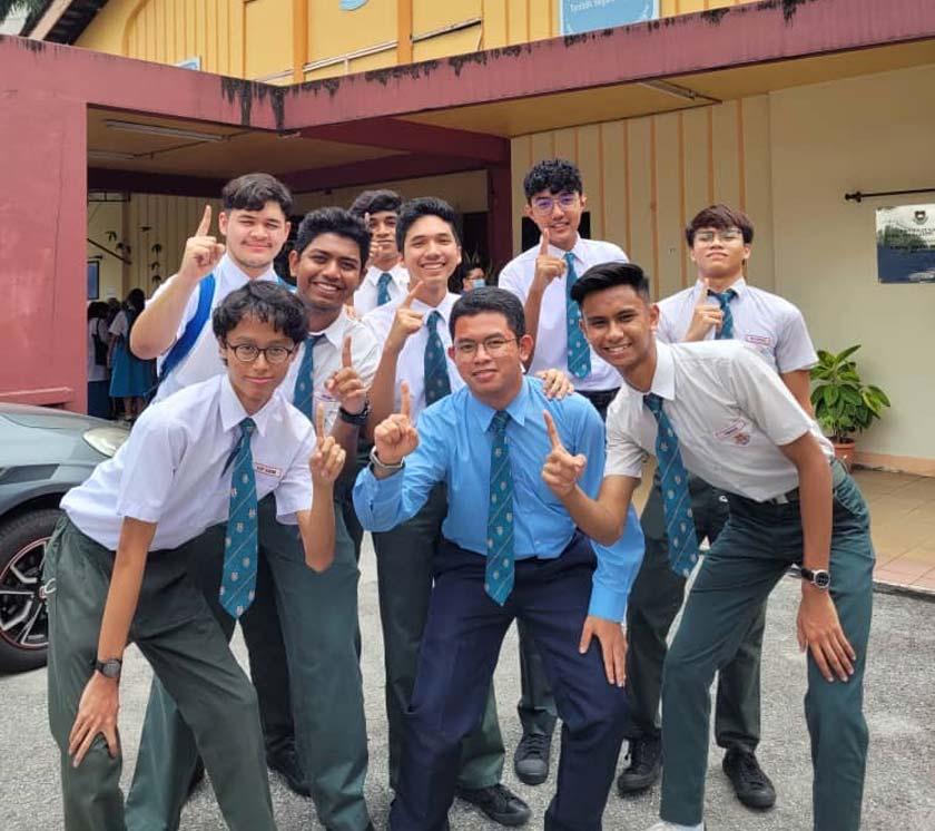 Chamack bersama rakan-rakan di SMK Aminuddin Baki